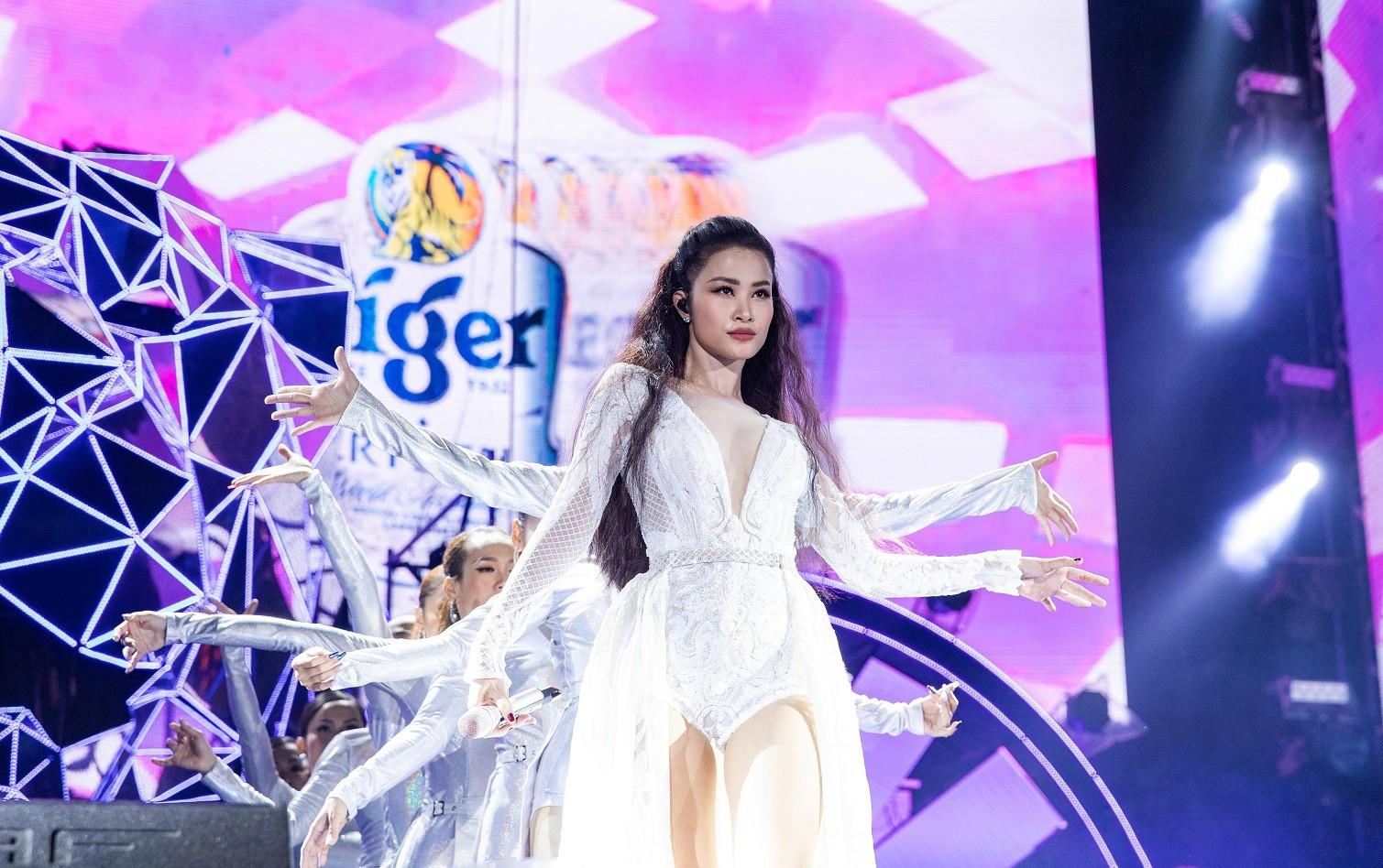 """Sau khăn """"bà ngoại"""", Sơn Tùng tiếp tục khiến fan """"bấn loạn"""" với style """"ông ngoại quốc dân"""" - Ảnh 4."""