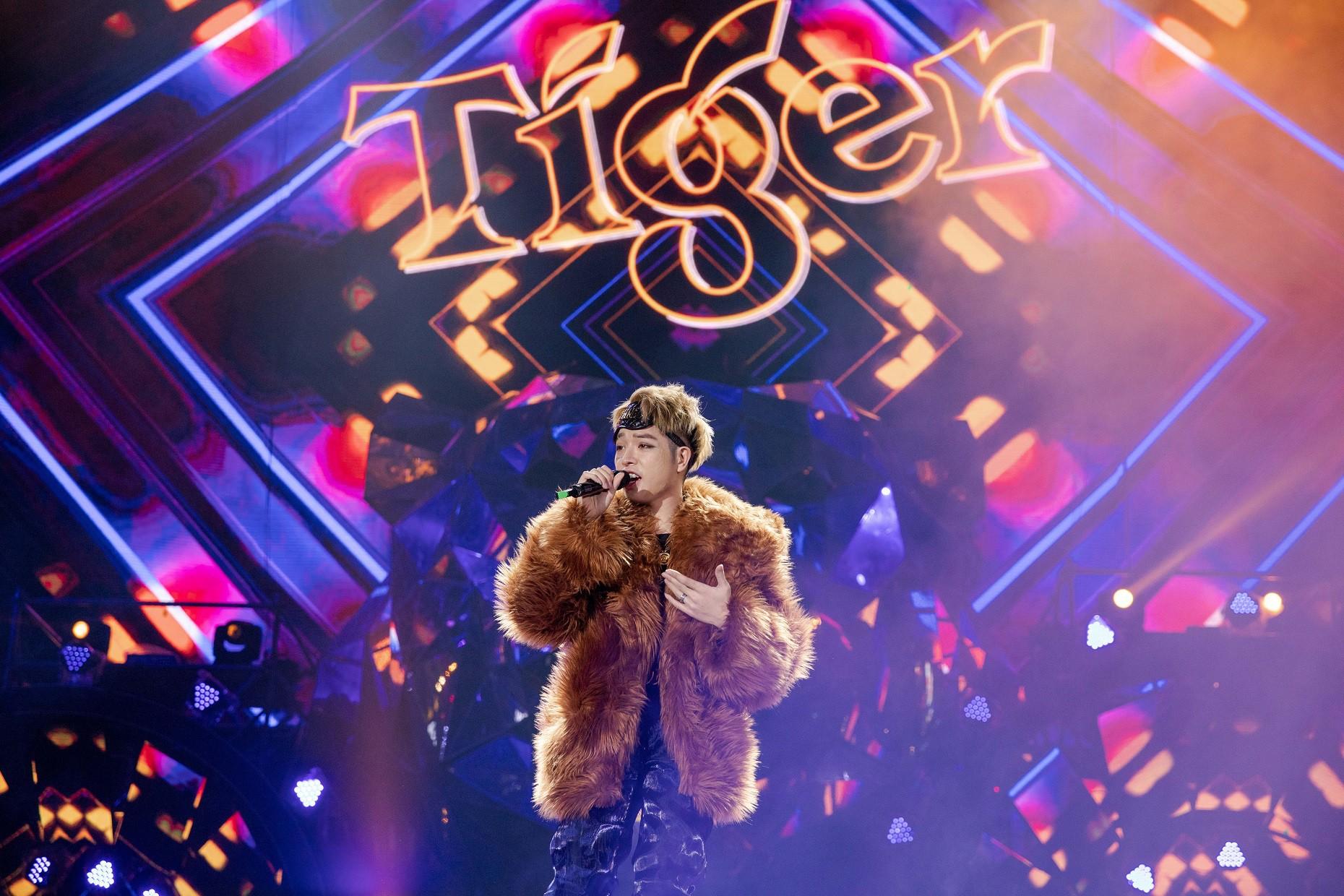 """Sau khăn """"bà ngoại"""", Sơn Tùng tiếp tục khiến fan """"bấn loạn"""" với style """"ông ngoại quốc dân"""" - Ảnh 6."""