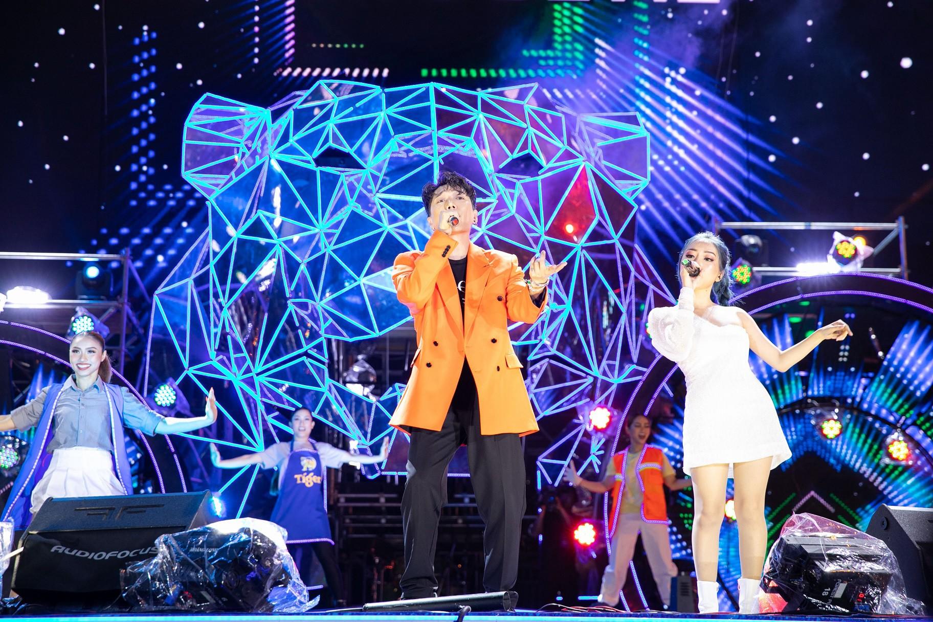 """Sau khăn """"bà ngoại"""", Sơn Tùng tiếp tục khiến fan """"bấn loạn"""" với style """"ông ngoại quốc dân"""" - Ảnh 11."""