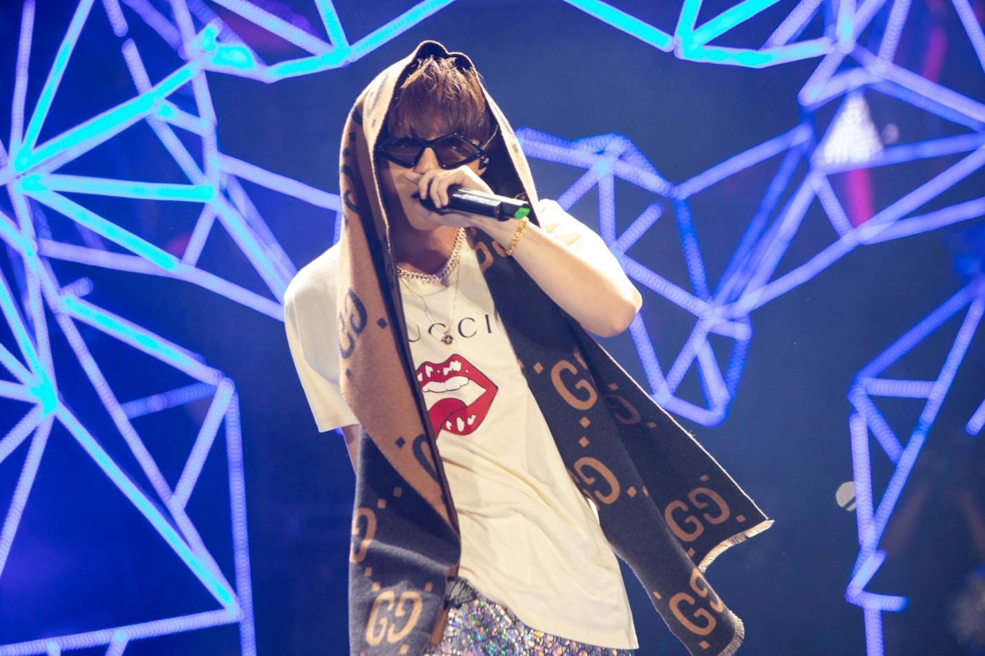 """Sau khăn """"bà ngoại"""", Sơn Tùng tiếp tục khiến fan """"bấn loạn"""" với style """"ông ngoại quốc dân"""" - Ảnh 1."""