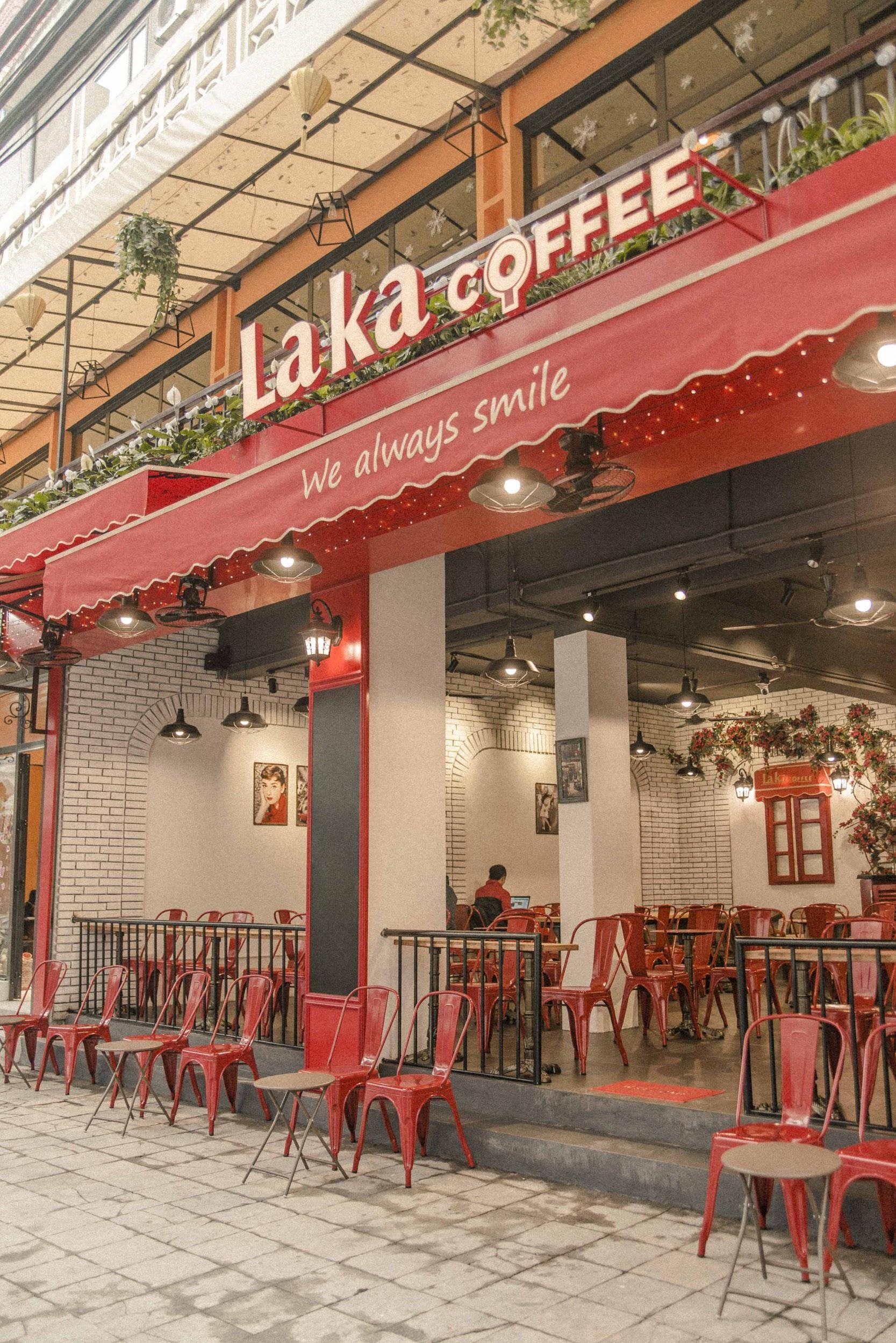 Quán cà phê đỏ rực như Paris tại Hà Nội mà bạn nhất định phải check-in dịp Tết này - Ảnh 1.