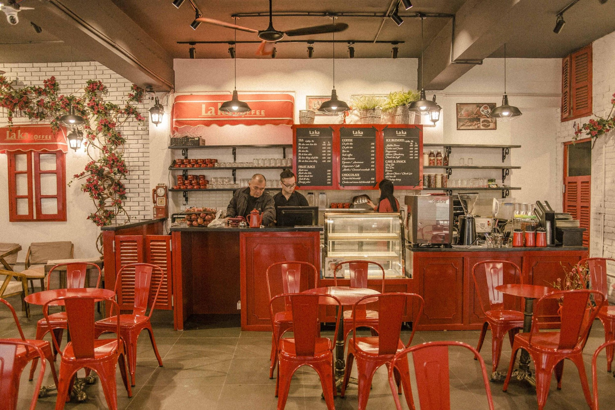 Quán cà phê đỏ rực như Paris tại Hà Nội mà bạn nhất định phải check-in dịp Tết này - Ảnh 2.