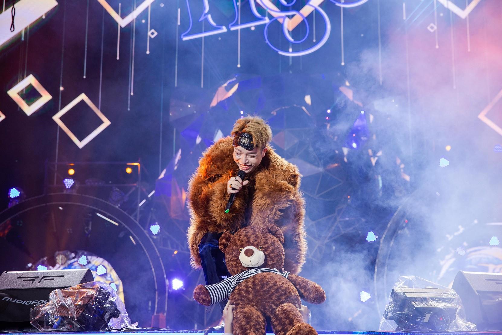 """Sau khăn """"bà ngoại"""", Sơn Tùng tiếp tục khiến fan """"bấn loạn"""" với style """"ông ngoại quốc dân"""" - Ảnh 7."""