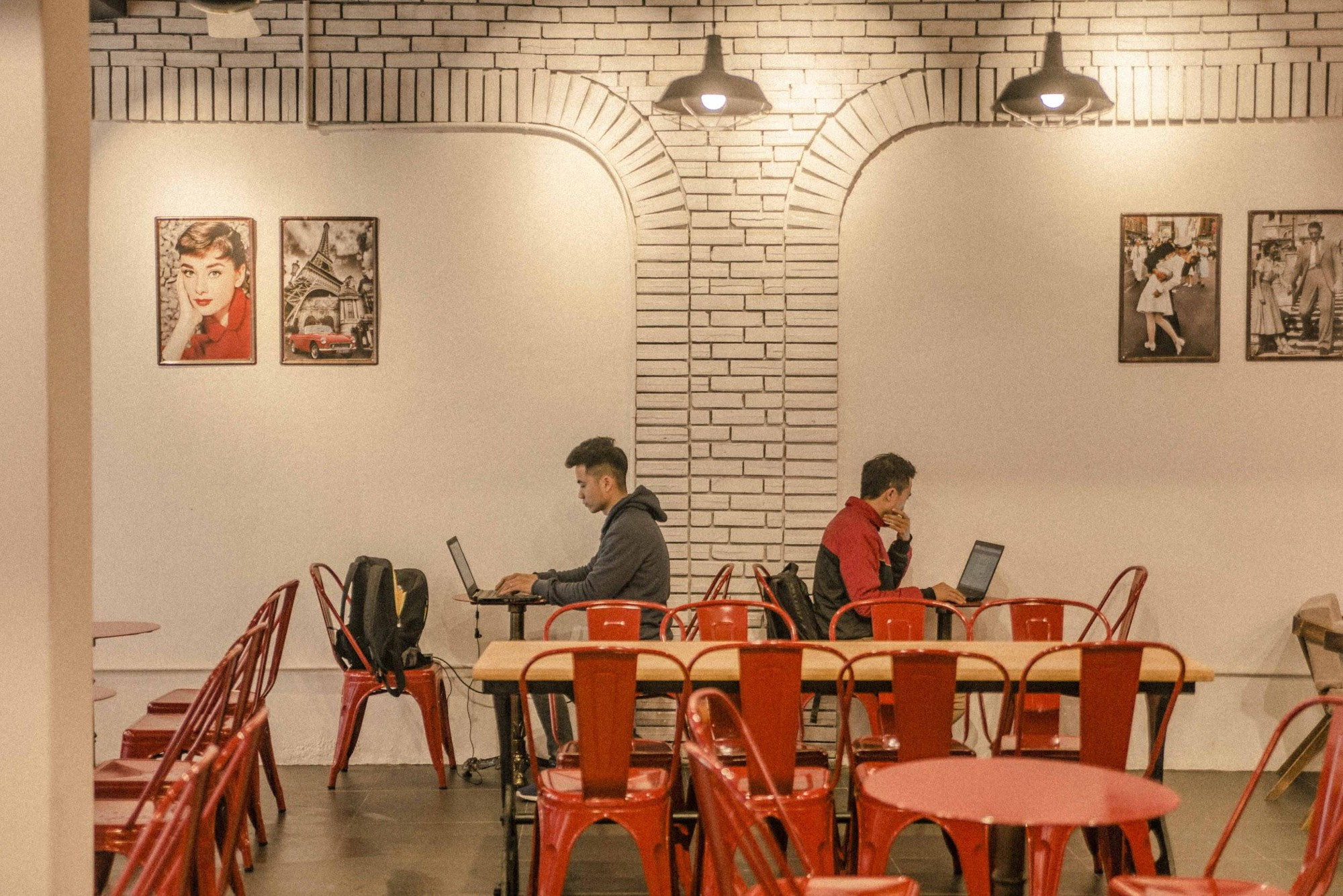 Quán cà phê đỏ rực như Paris tại Hà Nội mà bạn nhất định phải check-in dịp Tết này - Ảnh 4.
