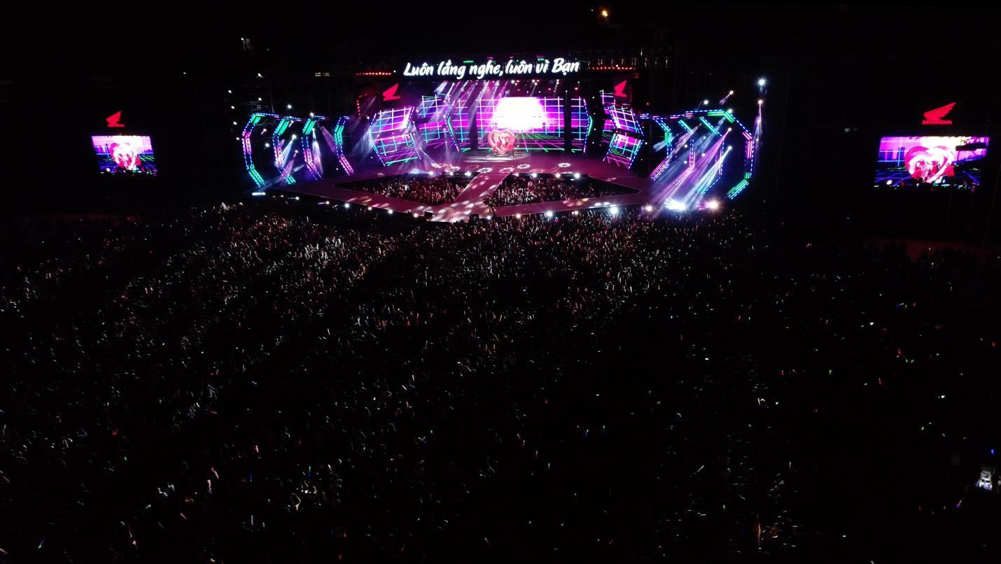 """Mỹ Tâm, Noo Phước Thịnh, Bích Phương và dàn sao """"khủng"""" cháy hết mình cùng hơn 36.000 khán giả tại đêm nhạc công nghệ - Ảnh 1."""