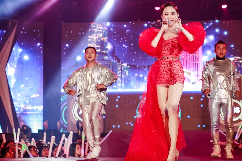 """Mỹ Tâm, Noo Phước Thịnh, Bích Phương và dàn sao """"khủng"""" cháy hết mình cùng hơn 36.000 khán giả tại đêm nhạc công nghệ - Ảnh 3."""