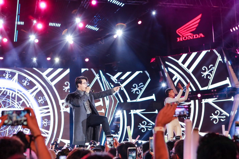 """Mỹ Tâm, Noo Phước Thịnh, Bích Phương và dàn sao """"khủng"""" cháy hết mình cùng hơn 36.000 khán giả tại đêm nhạc công nghệ - Ảnh 5."""