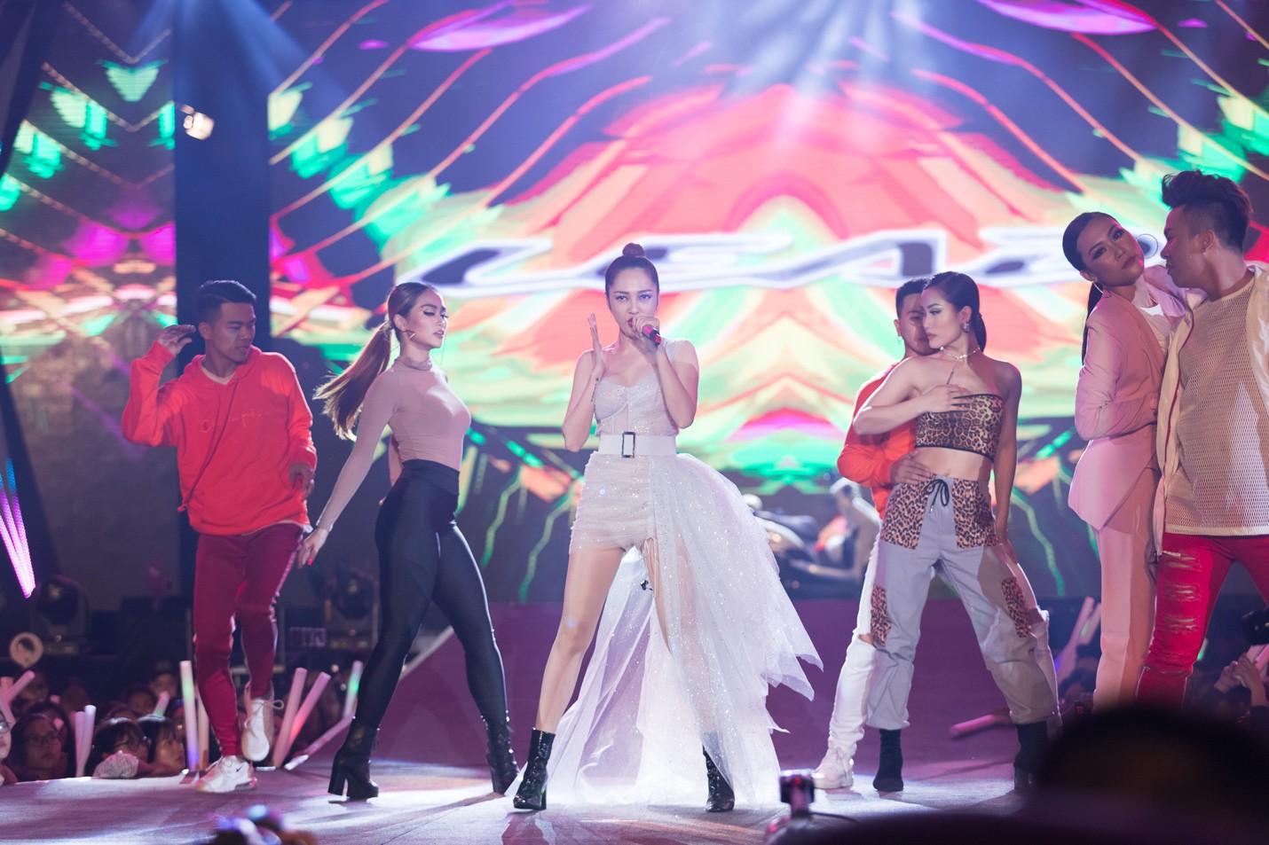 """Mỹ Tâm, Noo Phước Thịnh, Bích Phương và dàn sao """"khủng"""" cháy hết mình cùng hơn 36.000 khán giả tại đêm nhạc công nghệ - Ảnh 7."""
