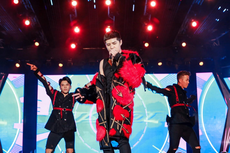 """Mỹ Tâm, Noo Phước Thịnh, Bích Phương và dàn sao """"khủng"""" cháy hết mình cùng hơn 36.000 khán giả tại đêm nhạc công nghệ - Ảnh 9."""