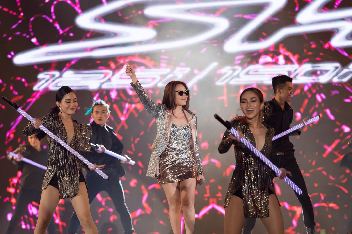 """Mỹ Tâm, Noo Phước Thịnh, Bích Phương và dàn sao """"khủng"""" cháy hết mình cùng hơn 36.000 khán giả tại đêm nhạc công nghệ - Ảnh 10."""