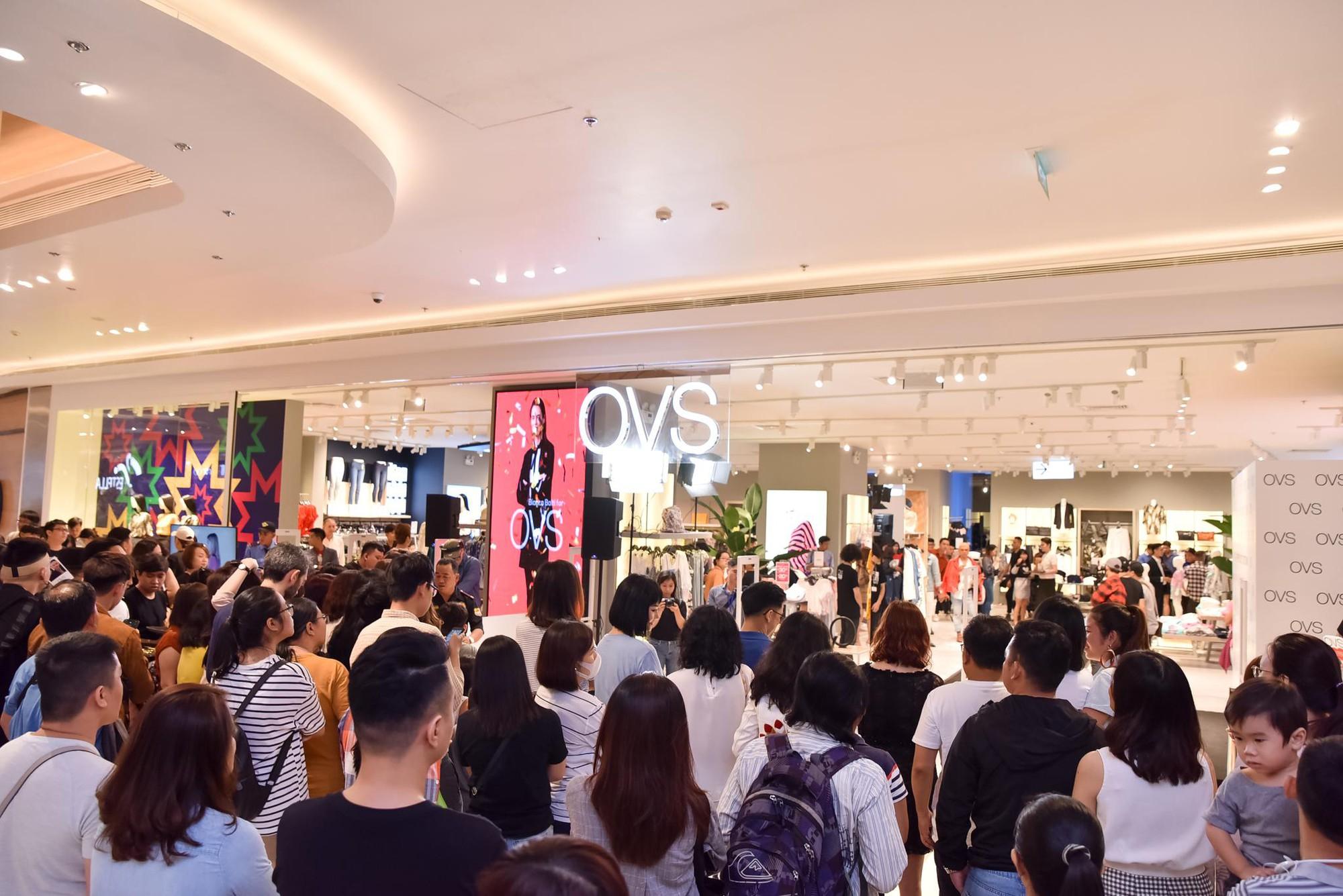 Hà Tăng rạng rỡ xuất hiện cùng chồng trong sự kiện khai trương cửa hàng OVS đầu tiên tại Việt Nam - Ảnh 1.