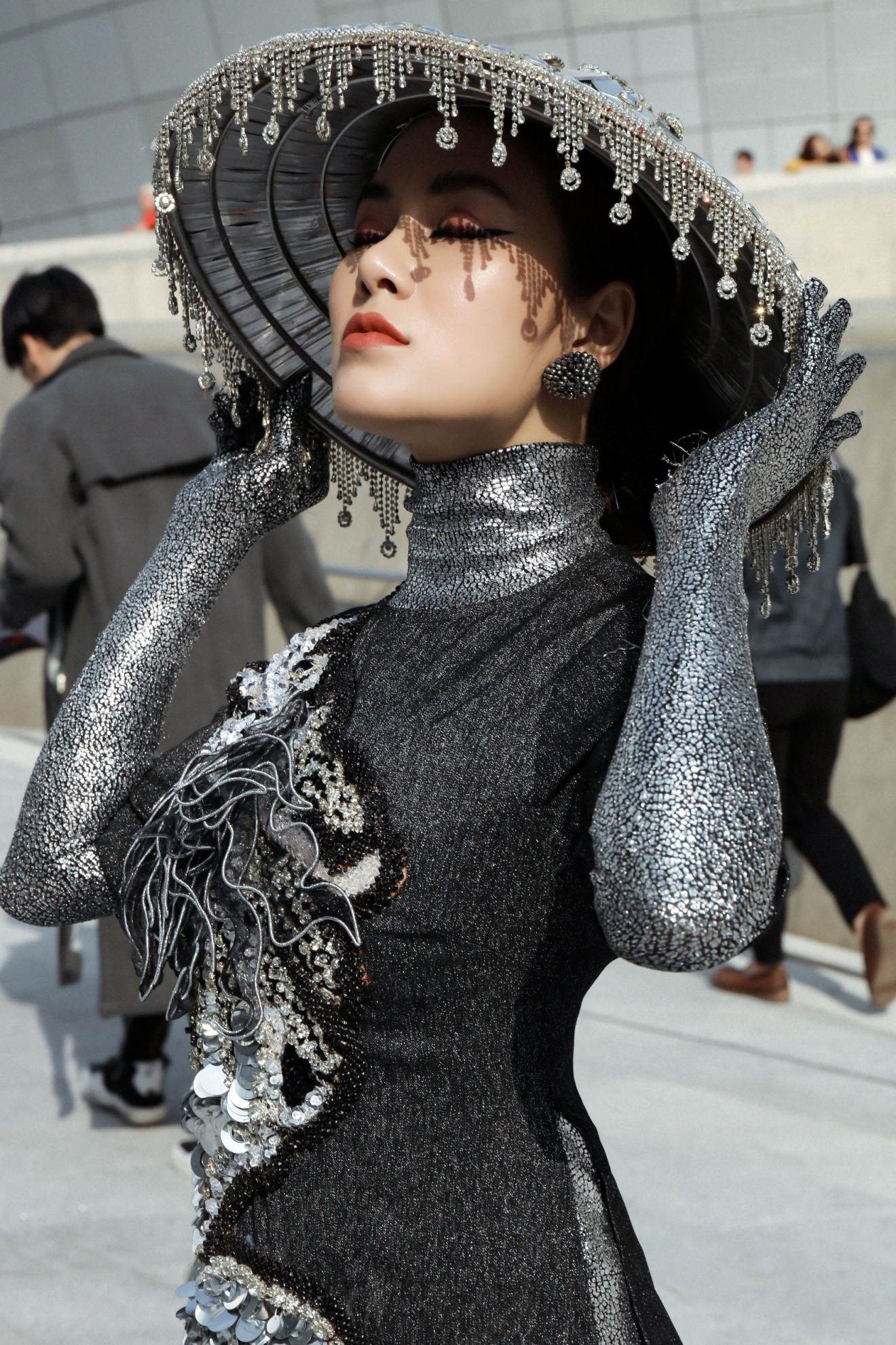 Giới mộ điệu ngỡ ngàng khi Hoa hậu Áo dài Tuyết Nga đem áo dài đính rồng kim loại đến Seoul Fashion Week 2019 - Ảnh 4.