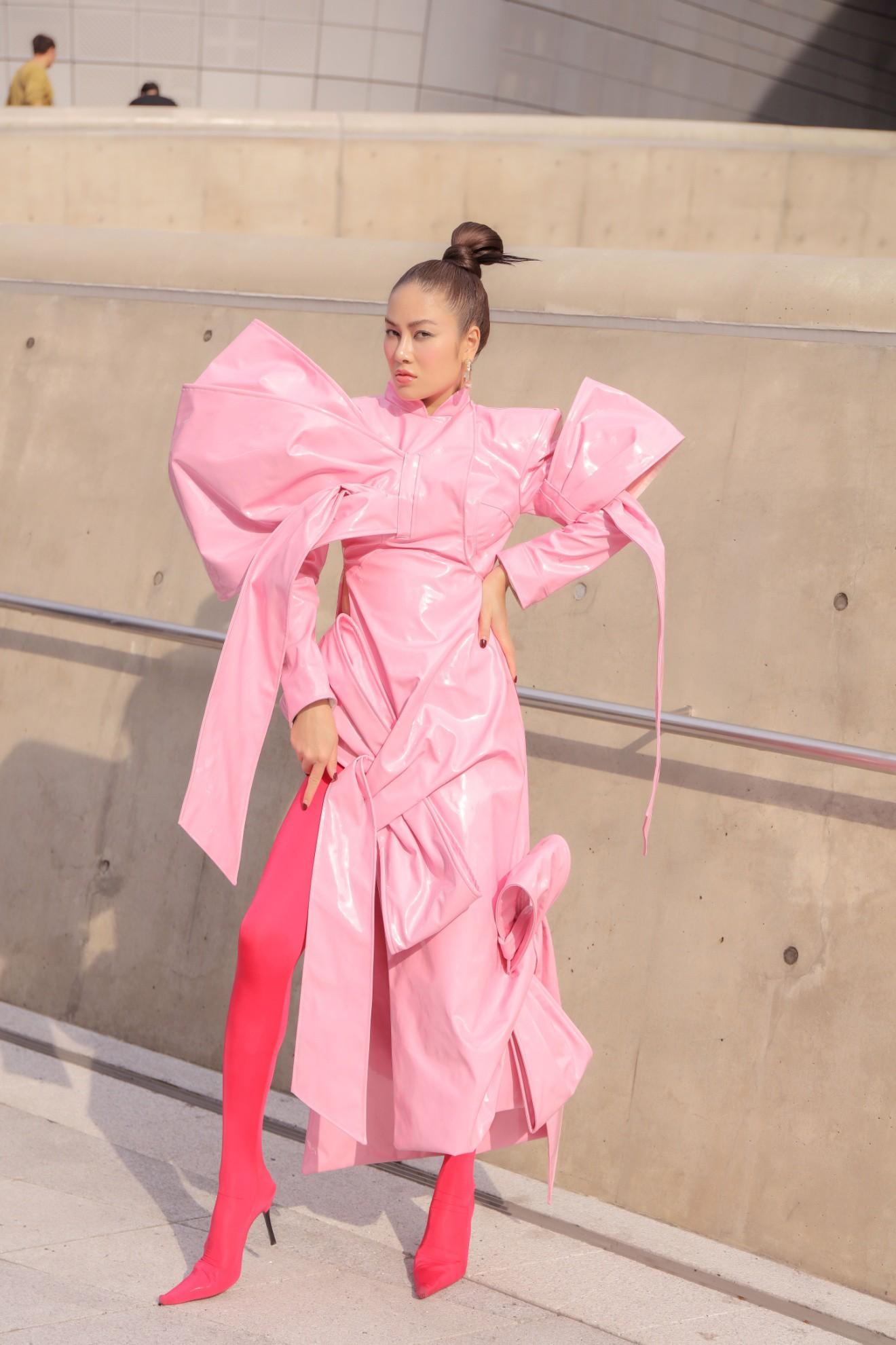 Giới mộ điệu ngỡ ngàng khi Hoa hậu Áo dài Tuyết Nga đem áo dài đính rồng kim loại đến Seoul Fashion Week 2019 - Ảnh 11.