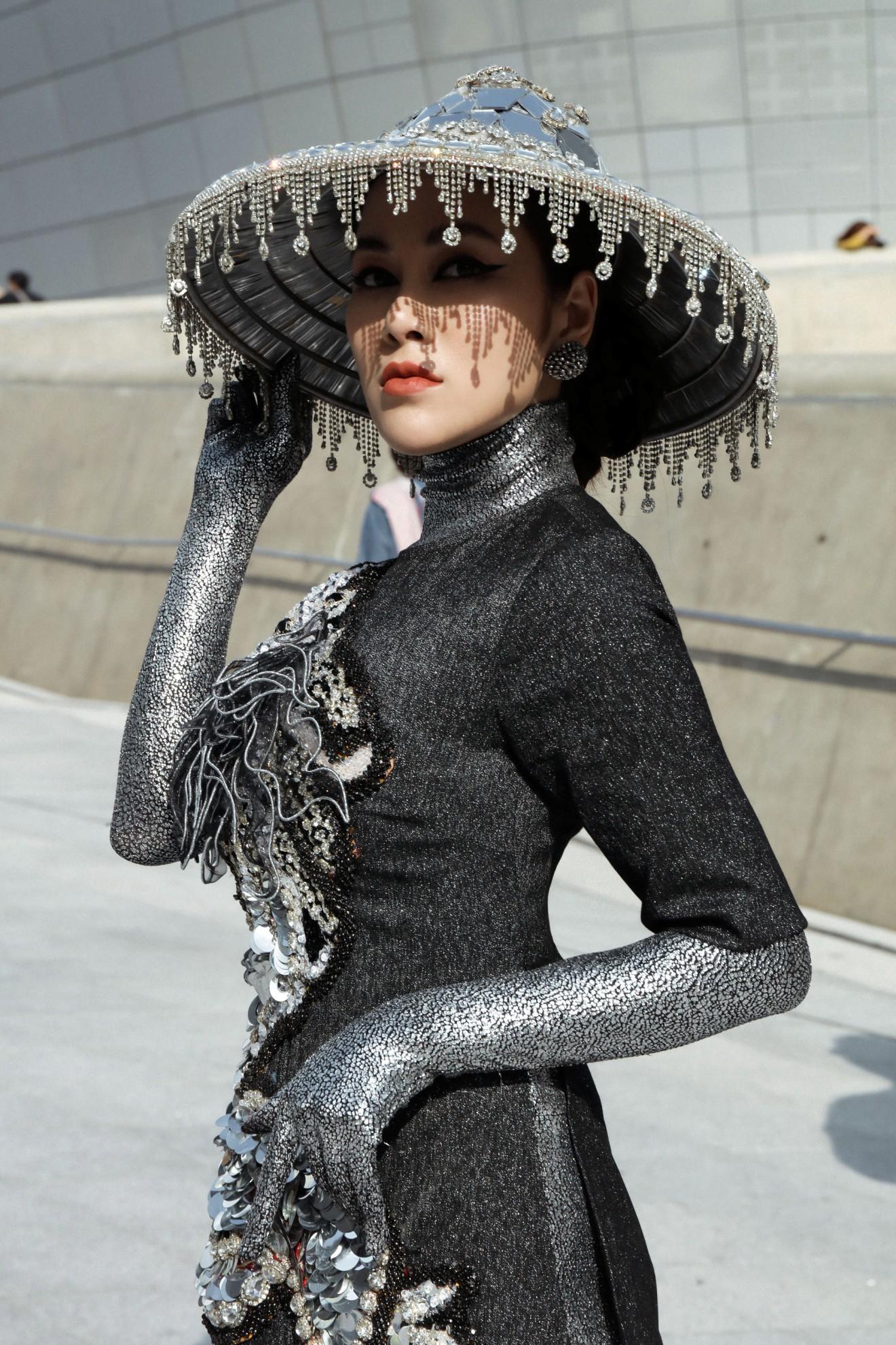 Giới mộ điệu ngỡ ngàng khi Hoa hậu Áo dài Tuyết Nga đem áo dài đính rồng kim loại đến Seoul Fashion Week 2019 - Ảnh 1.