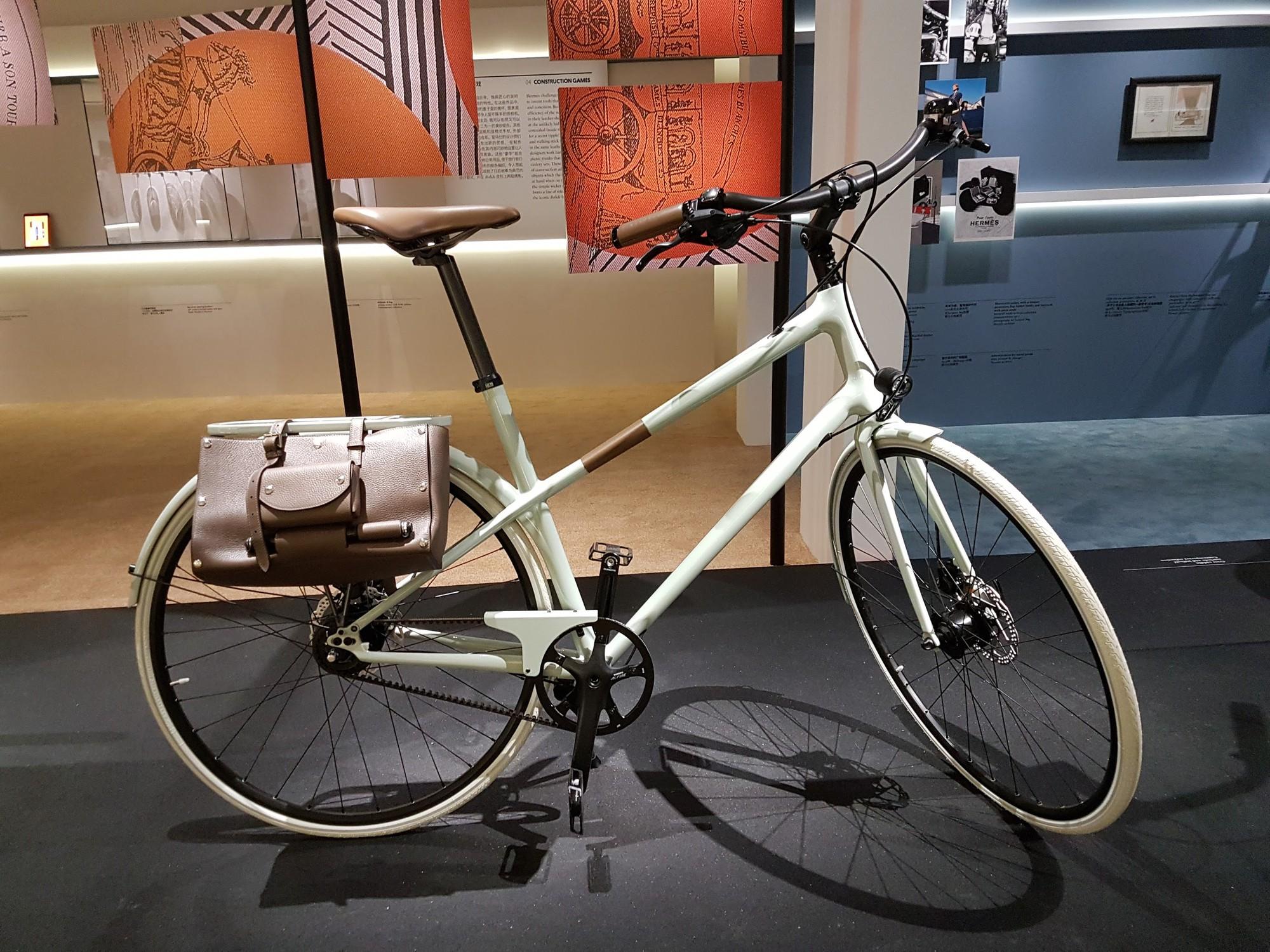 """Không chỉ có Birkin hay Kelly, Hermès còn có xe đạp hơn 200 triệu, máy ảnh đựng rượu và khăn lụa """"boardgame"""" - Ảnh 2."""