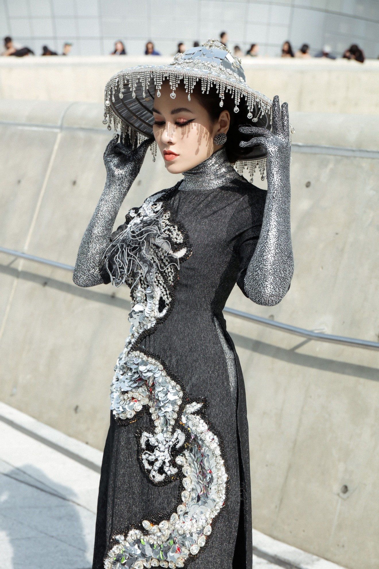 Giới mộ điệu ngỡ ngàng khi Hoa hậu Áo dài Tuyết Nga đem áo dài đính rồng kim loại đến Seoul Fashion Week 2019 - Ảnh 5.