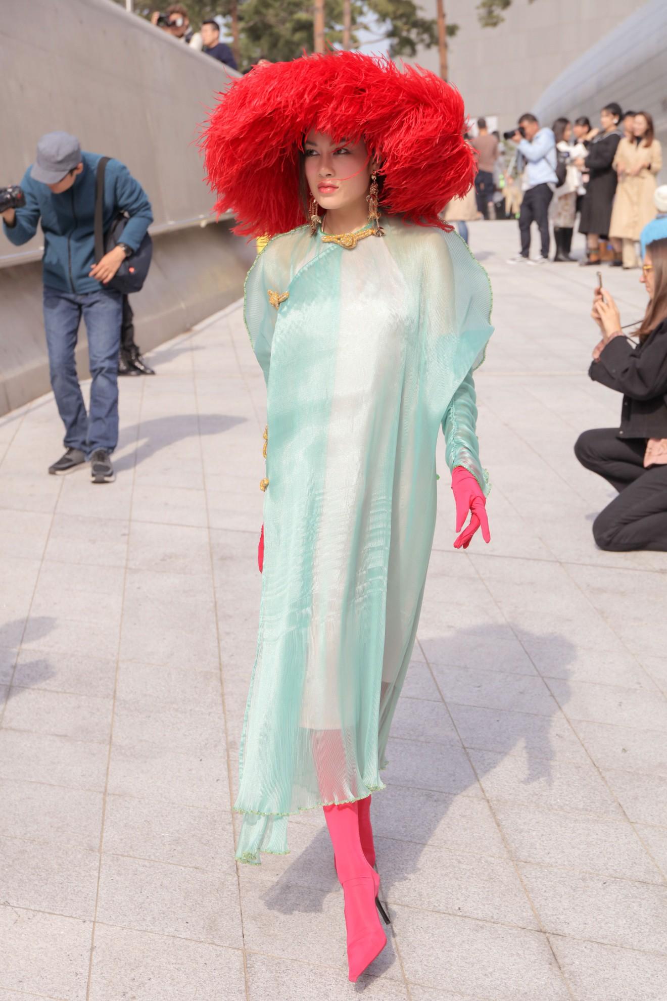 Giới mộ điệu ngỡ ngàng khi Hoa hậu Áo dài Tuyết Nga đem áo dài đính rồng kim loại đến Seoul Fashion Week 2019 - Ảnh 7.