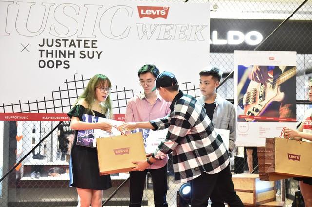 """Levi's Music Week: Biển người đổ về Vincom Trần Duy Hưng để """"Chill"""" cùng Thịnh Suy, JustaTee trong đêm nhạc đầu tiên - Ảnh 5."""