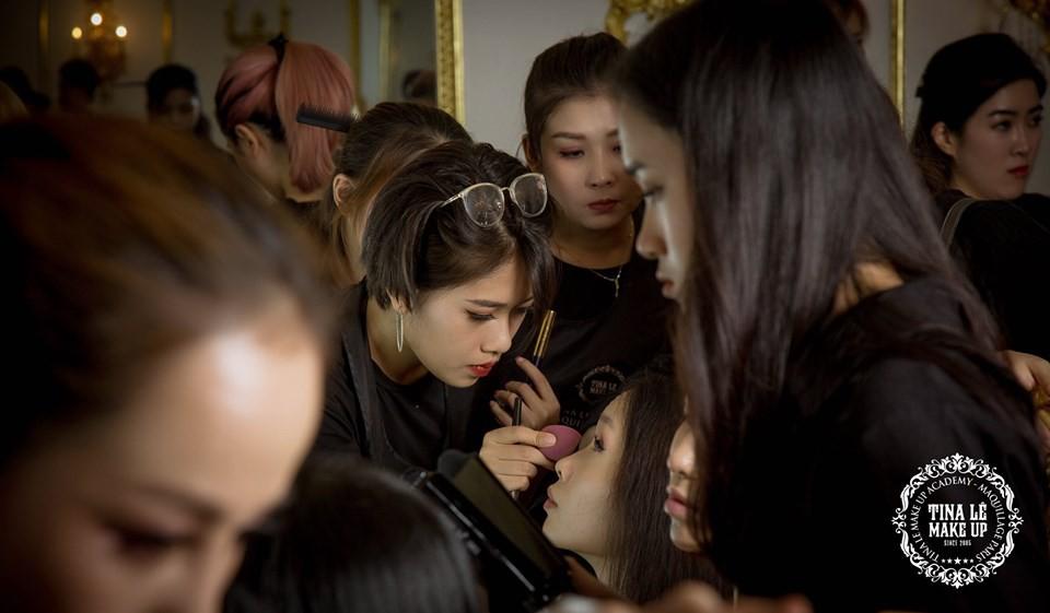 Công tác chuẩn bị của Tina Le make up trước thềm Aquafina Tuần lễ Thời trang Quốc tế Việt Nam - Ảnh 9.