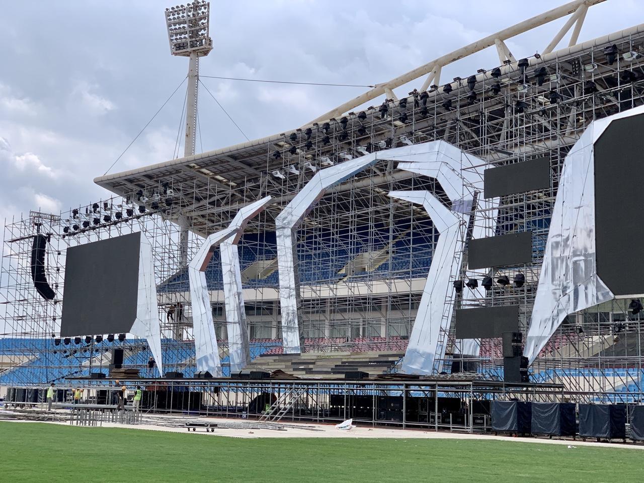 Huy động hơn 100 tấn thiết bị và 100 nhân công để dựng sân khấu siêu hoành tráng FWD Music Fest - Ảnh 2.