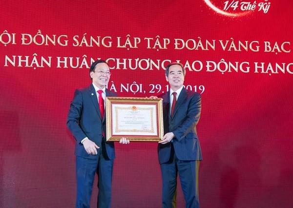 DOJI vinh dự đón nhận Huân chương Lao động hạng Nhất - Ảnh 1.