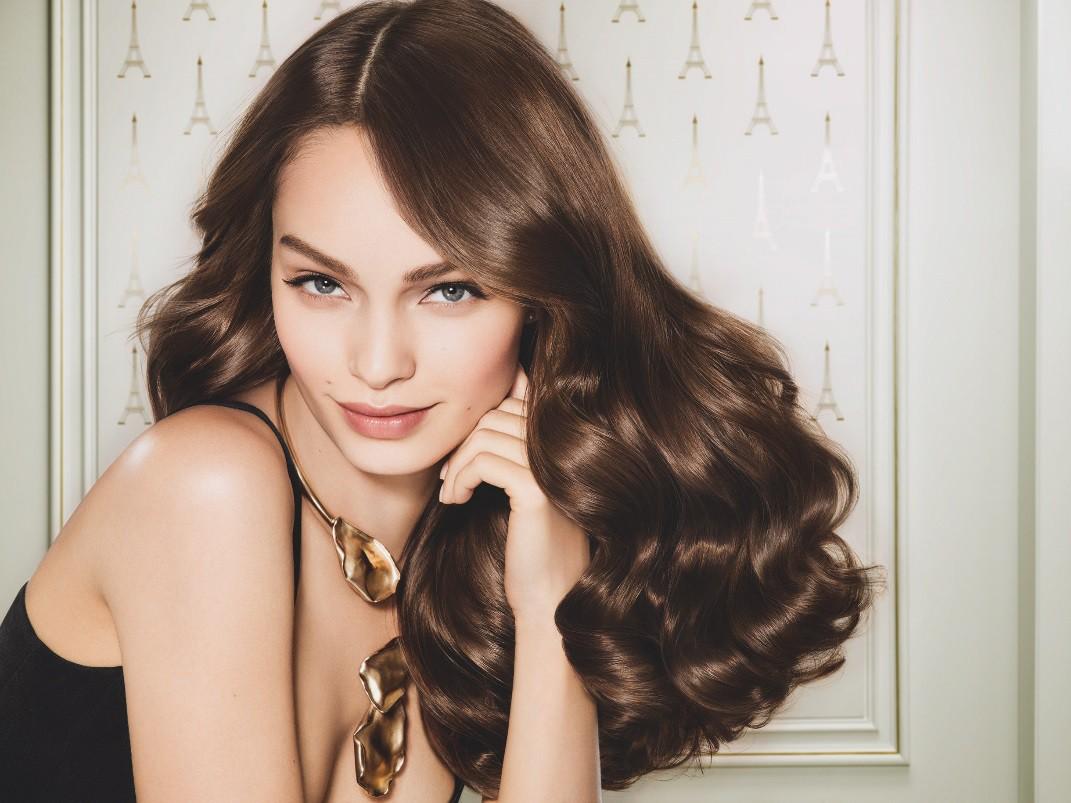 """Học con gái Pháp chăm làn da, mái tóc với 2 bảo bối này, Hương Giang mới nổi bật giữa """"rừng nhan sắc ở Paris Fashion Week - Ảnh 1."""