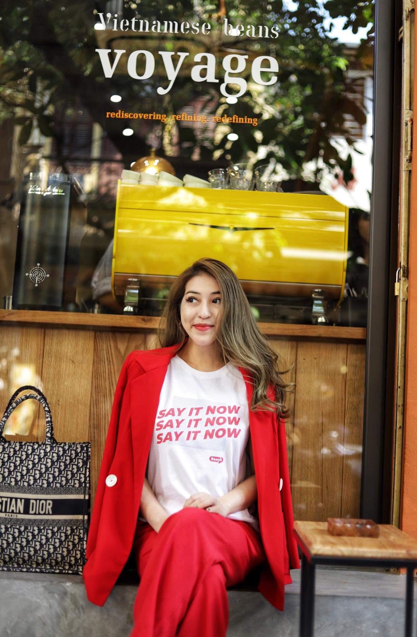 Cùng đi công tác, cùng mặc áo phông #sayit nhưng Giang Ơi và Khánh Linh lại mix đồ khác nhau một trời một vực - Ảnh 4.