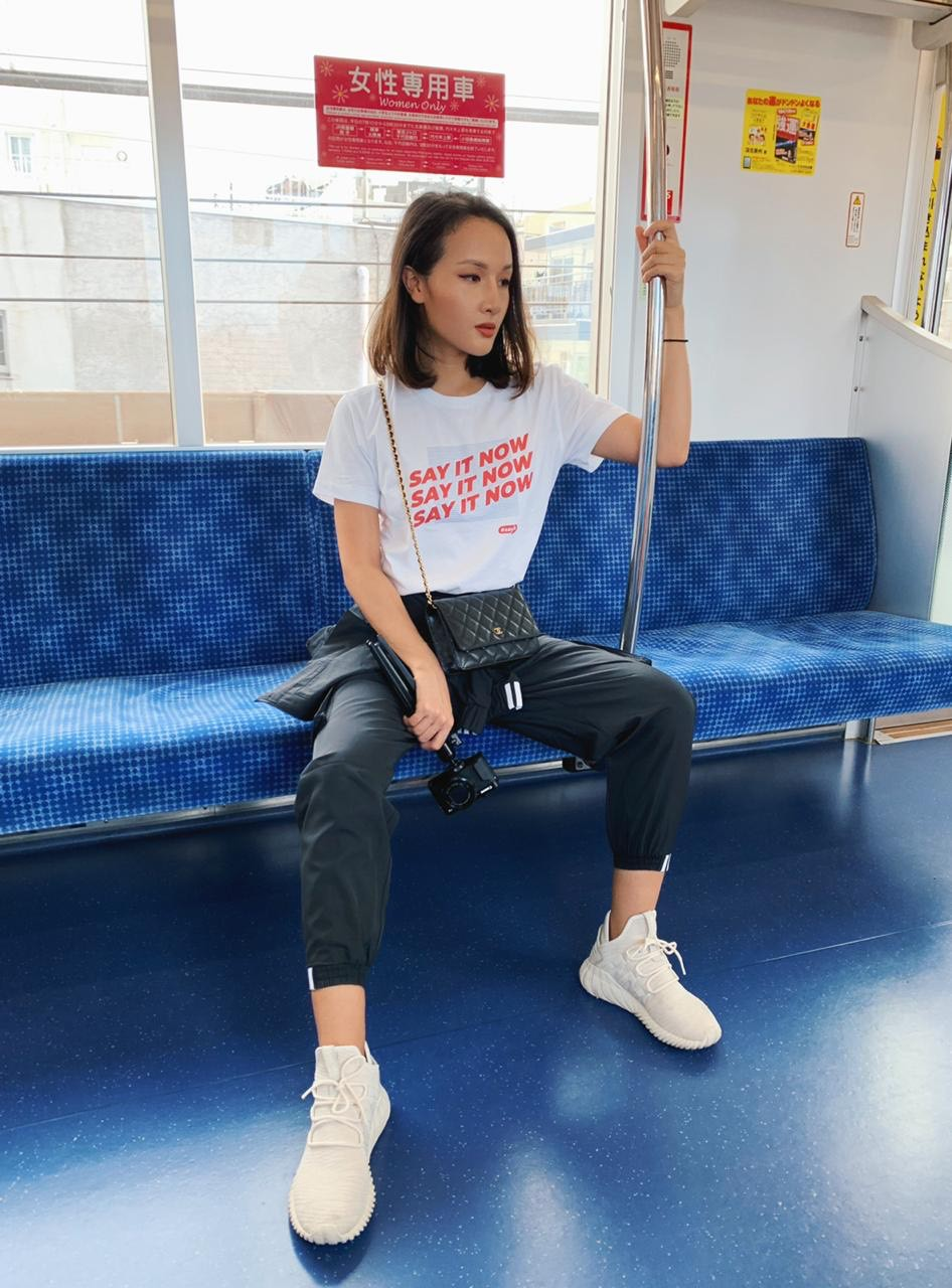 Cùng đi công tác, cùng mặc áo phông #sayit nhưng Giang Ơi và Khánh Linh lại mix đồ khác nhau một trời một vực - Ảnh 5.