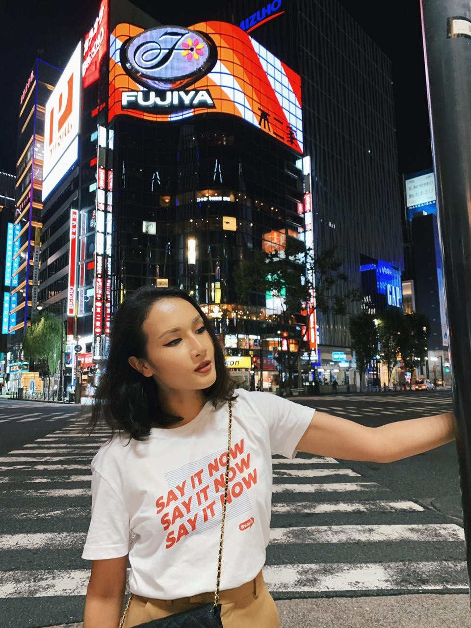Cùng đi công tác, cùng mặc áo phông #sayit nhưng Giang Ơi và Khánh Linh lại mix đồ khác nhau một trời một vực - Ảnh 6.