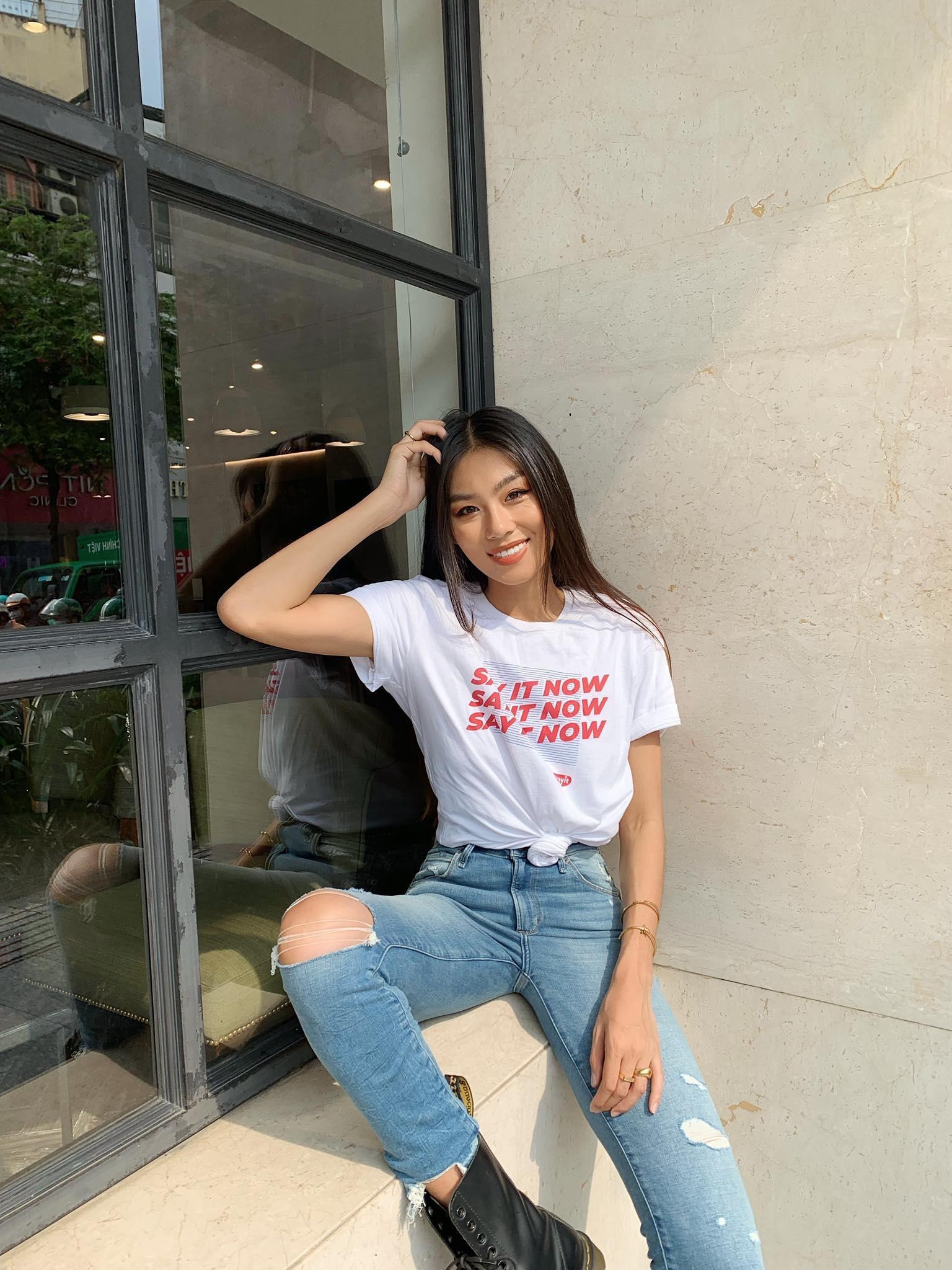 Cùng đi công tác, cùng mặc áo phông #sayit nhưng Giang Ơi và Khánh Linh lại mix đồ khác nhau một trời một vực - Ảnh 7.