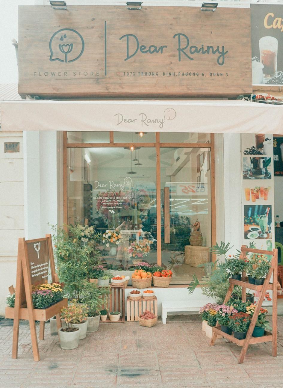 Tiệm hoa Dear Rainy: Mong các bạn tìm được chất liệu tô vẽ nét đáng yêu của cuộc sống - Ảnh 1.