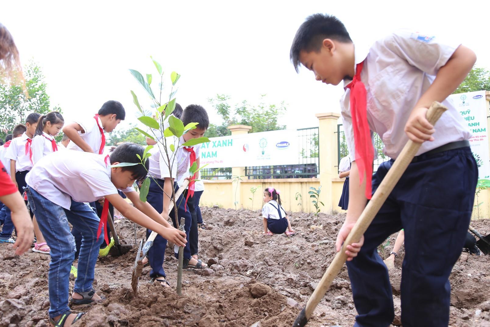 Vinamilk chung tay bảo vệ môi trường Thủ đô thông qua quỹ 1 triệu cây xanh cho Việt Nam - Ảnh 1.