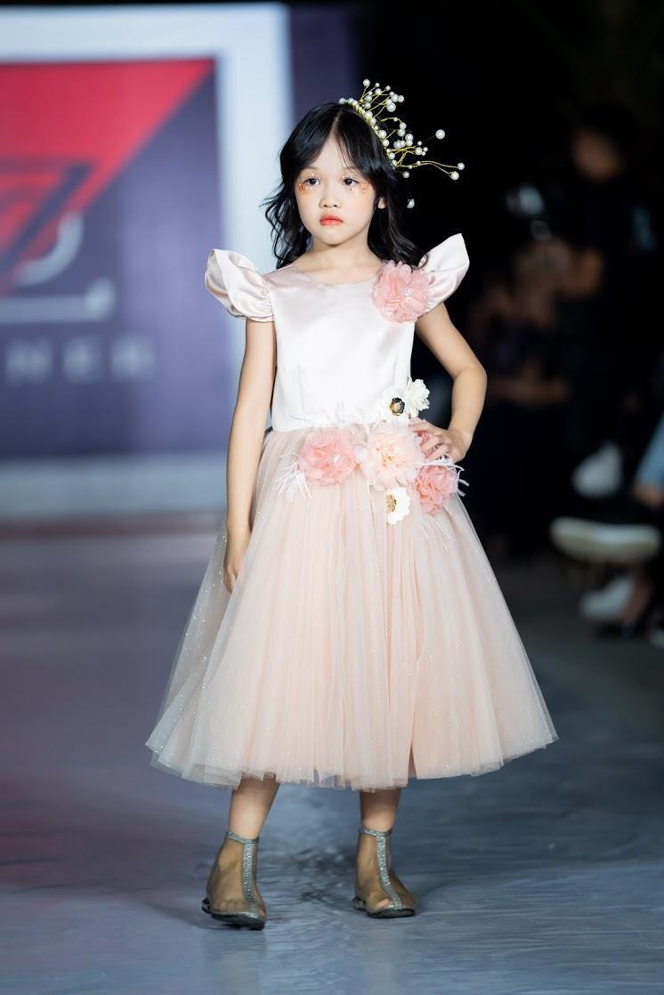 Hoàng Anh - Cô bé vô gia cư và người mẫu khuyết tay mới trở lại với vai trò vedette của show Đôi chân biết hát - Ảnh 3.