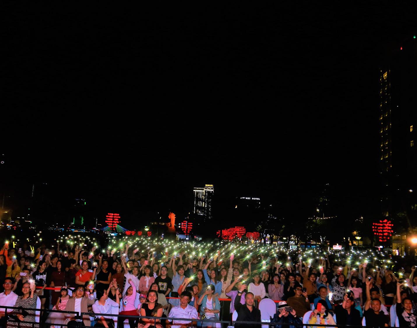 """Hơn 6.000 bạn trẻ Đà Nẵng bùng nổ cùng đại tiệc âm nhạc """"Highlands Coffee – 20 nắm gắn kết niềm tự hào đất Việt"""" - Ảnh 4."""