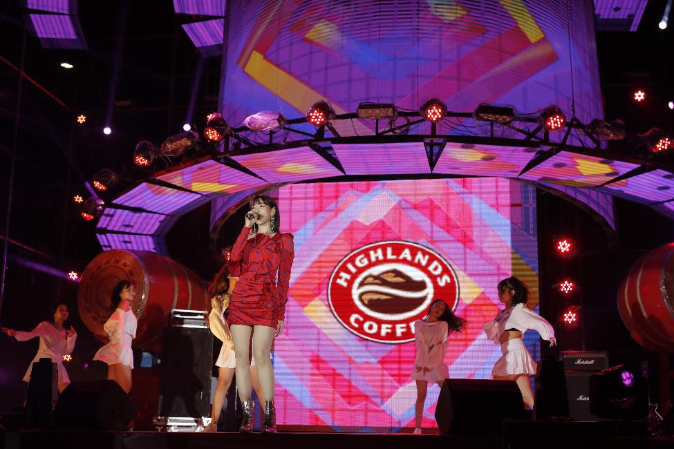 """Hơn 6.000 bạn trẻ Đà Nẵng bùng nổ cùng đại tiệc âm nhạc """"Highlands Coffee – 20 nắm gắn kết niềm tự hào đất Việt"""" - Ảnh 5."""