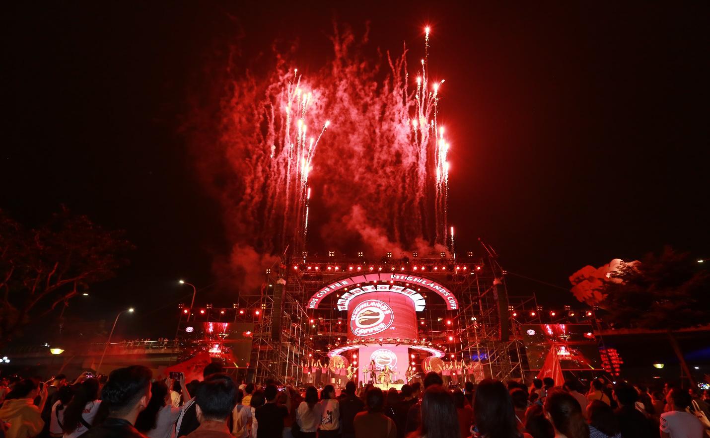 """Hơn 6.000 bạn trẻ Đà Nẵng bùng nổ cùng đại tiệc âm nhạc """"Highlands Coffee – 20 nắm gắn kết niềm tự hào đất Việt"""" - Ảnh 10."""