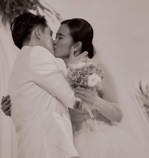 Soi thỏi son Đông Nhi dành tặng cho 500 khách mời trong đám cưới - Ảnh 1.