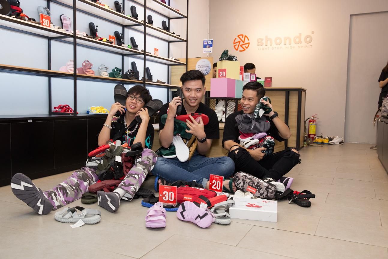 """Bão sale đổ bộ SHONDO - 3 chàng trai Simple Love mang cả """"store"""" giày sandals về nhà - Ảnh 1."""