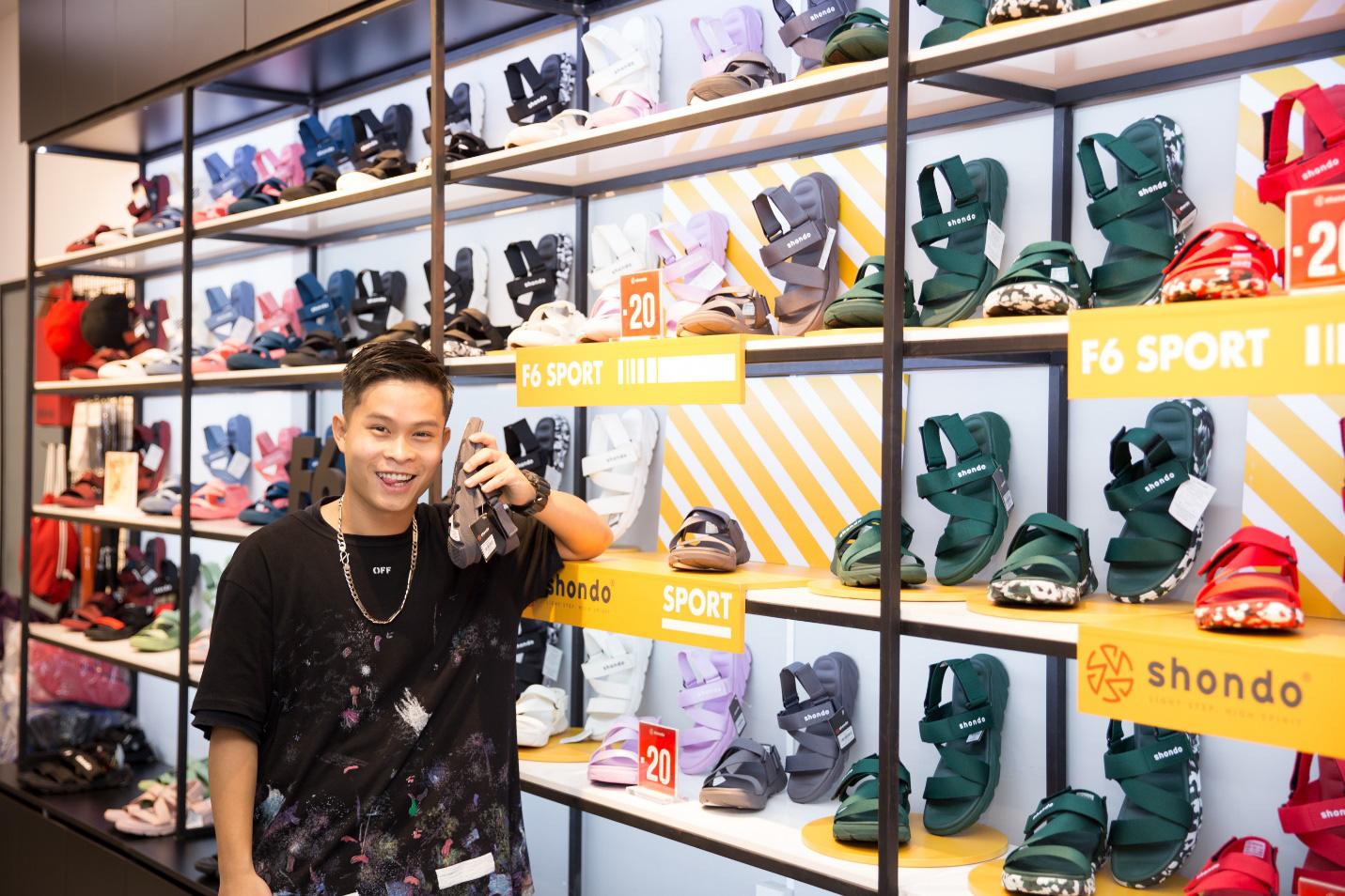 """Bão sale đổ bộ SHONDO - 3 chàng trai Simple Love mang cả """"store"""" giày sandals về nhà - Ảnh 4."""