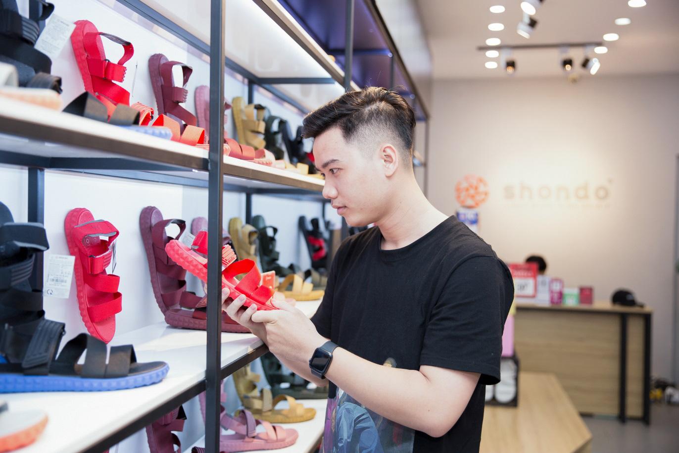 """Bão sale đổ bộ SHONDO - 3 chàng trai Simple Love mang cả """"store"""" giày sandals về nhà - Ảnh 5."""