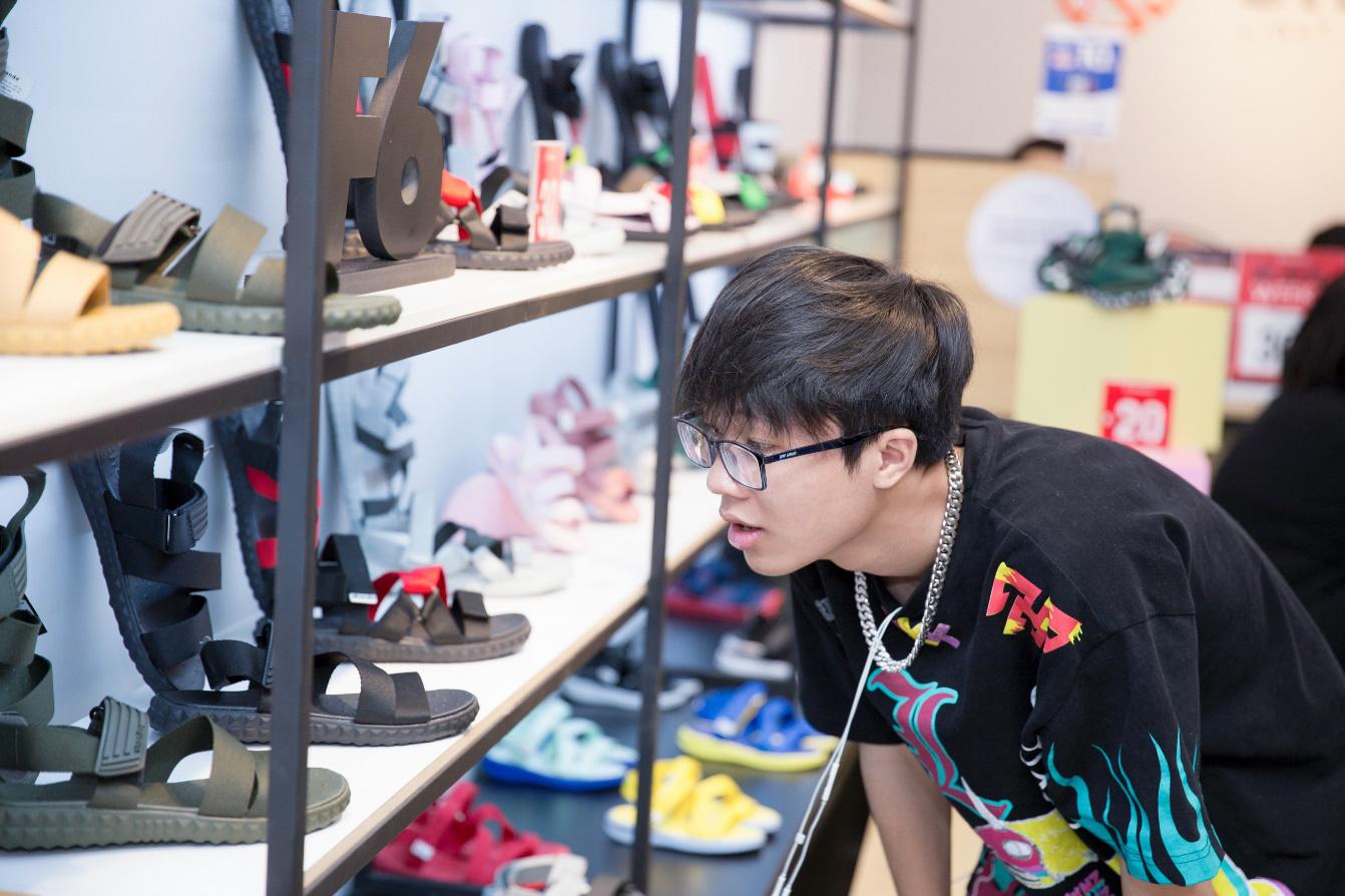 """Bão sale đổ bộ SHONDO - 3 chàng trai Simple Love mang cả """"store"""" giày sandals về nhà - Ảnh 6."""