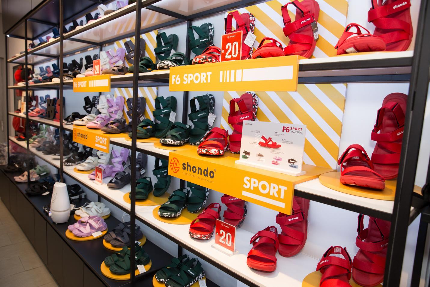 """Bão sale đổ bộ SHONDO - 3 chàng trai Simple Love mang cả """"store"""" giày sandals về nhà - Ảnh 7."""