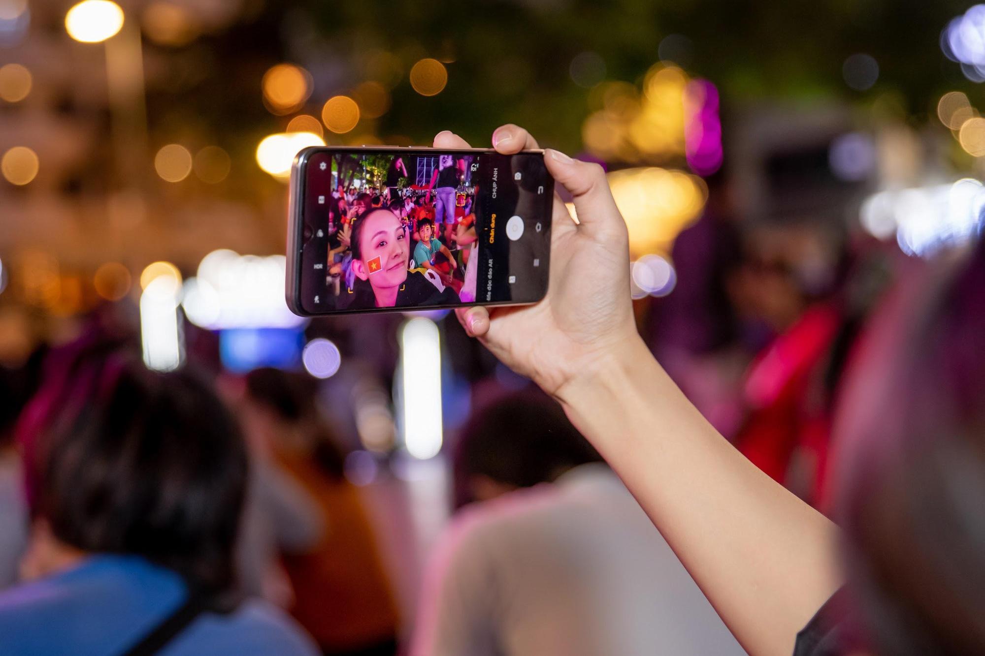 Giải mã chiếc điện thoại được hàng loạt tín đồ túc cầu selfie tại trận đấu vòng loại World Cup Việt Nam - UAE - Ảnh 2.
