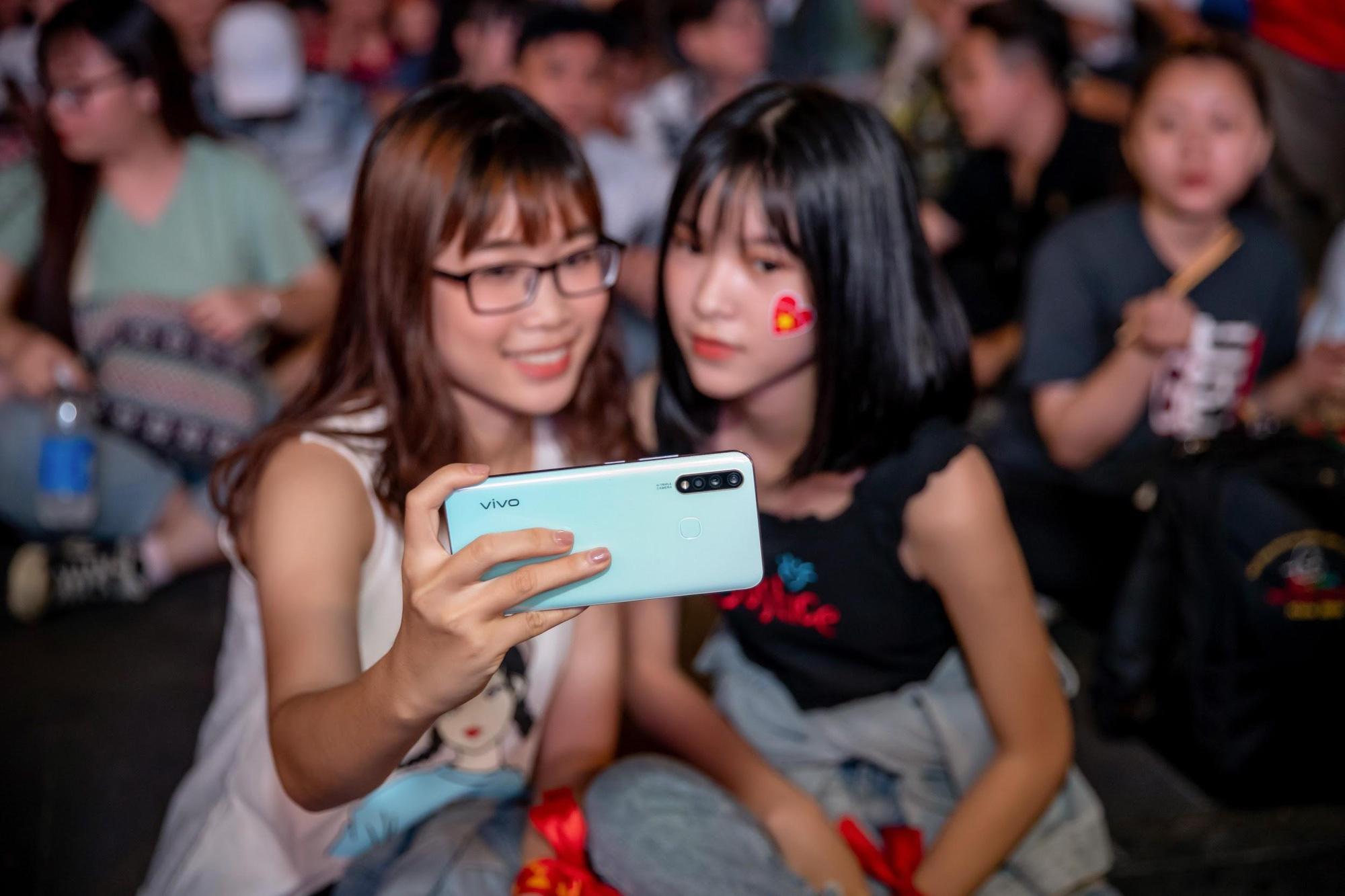 Giải mã chiếc điện thoại được hàng loạt tín đồ túc cầu selfie tại trận đấu vòng loại World Cup Việt Nam - UAE - Ảnh 1.