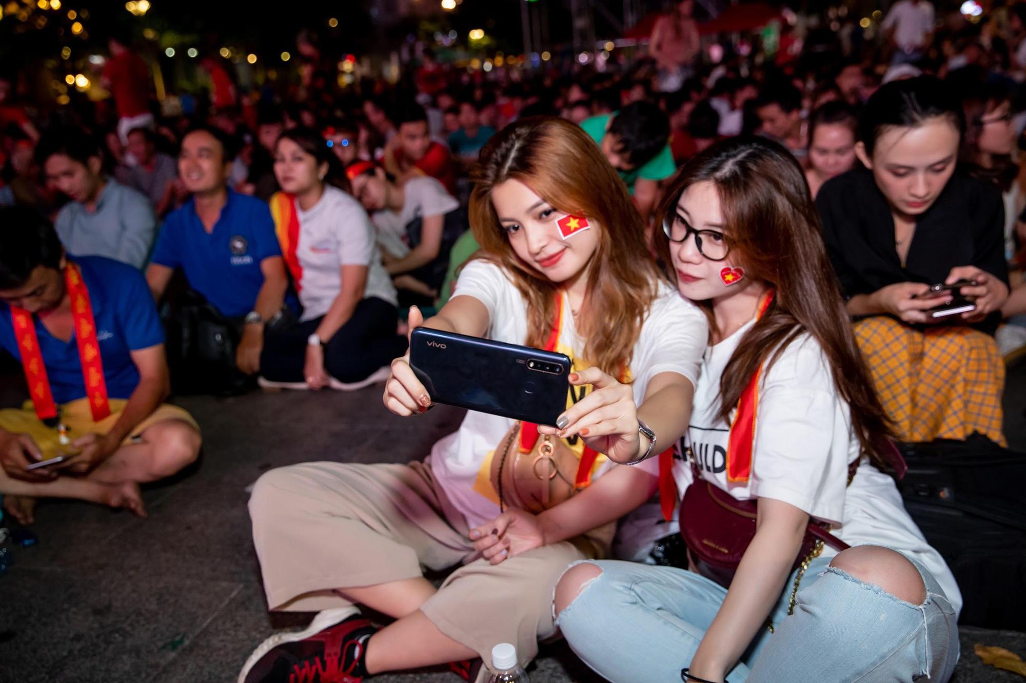 Giải mã chiếc điện thoại được hàng loạt tín đồ túc cầu selfie tại trận đấu vòng loại World Cup Việt Nam - UAE - Ảnh 3.