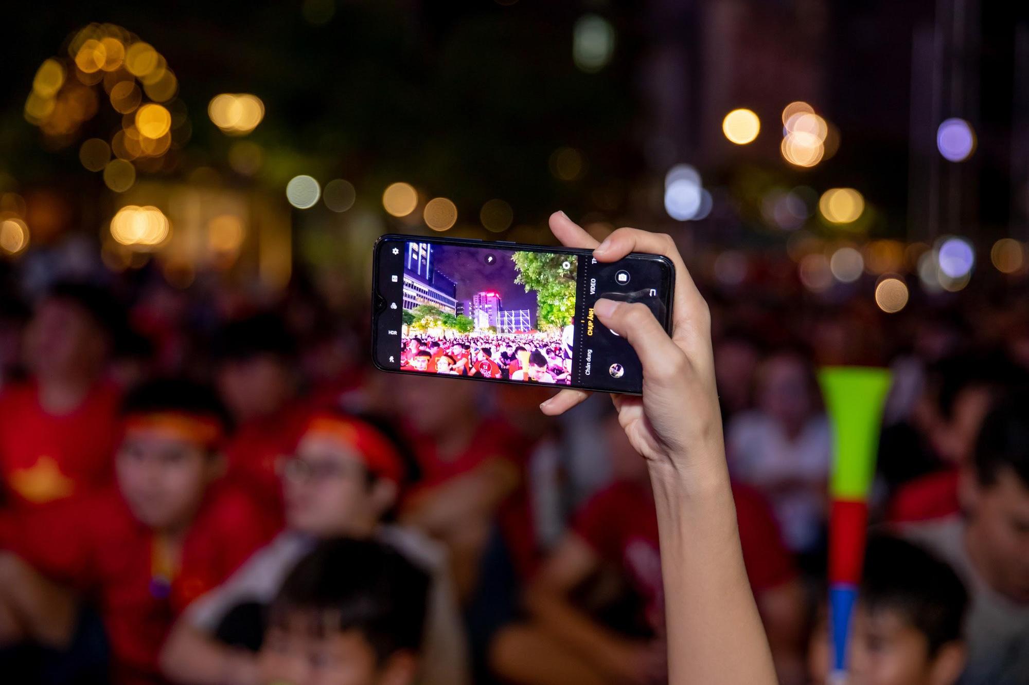 Giải mã chiếc điện thoại được hàng loạt tín đồ túc cầu selfie tại trận đấu vòng loại World Cup Việt Nam - UAE - Ảnh 4.