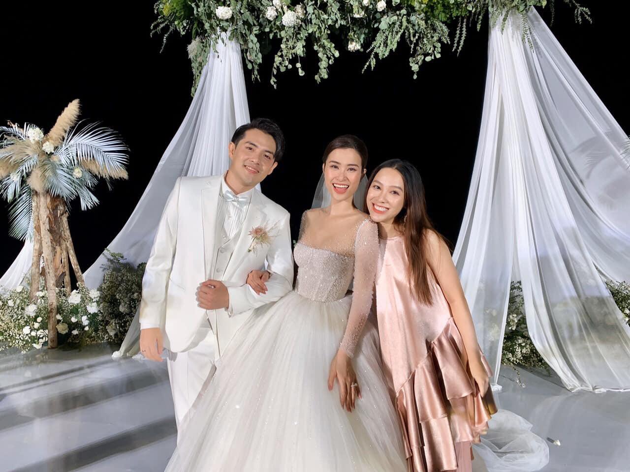 """Dân mạng ráo riết truy lùng màu son Đông Nhi dùng trong lễ cưới và """"quà tặng tận giường"""" của 500 khách mời - Ảnh 3."""