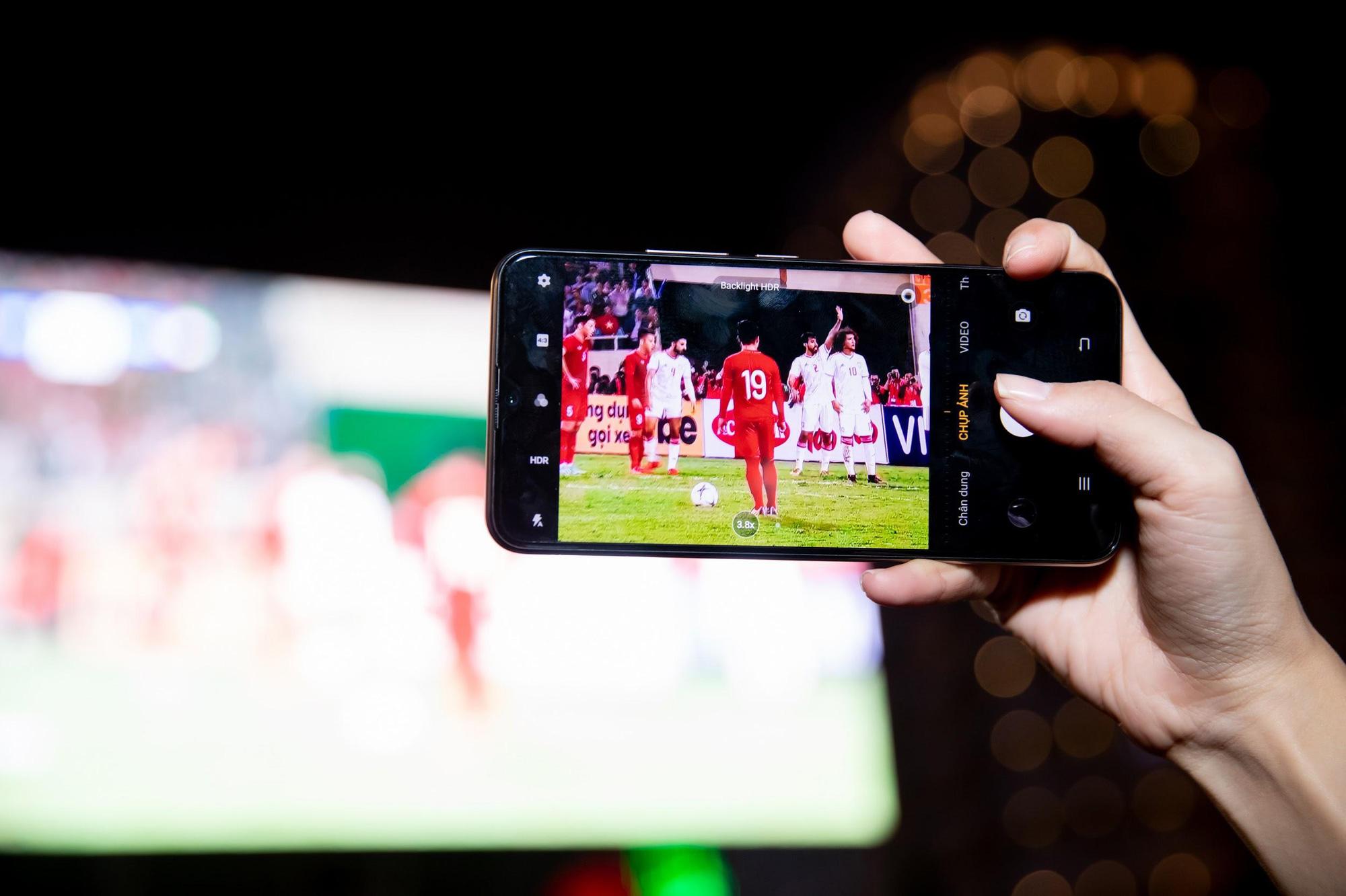 Giải mã chiếc điện thoại được hàng loạt tín đồ túc cầu selfie tại trận đấu vòng loại World Cup Việt Nam - UAE - Ảnh 5.
