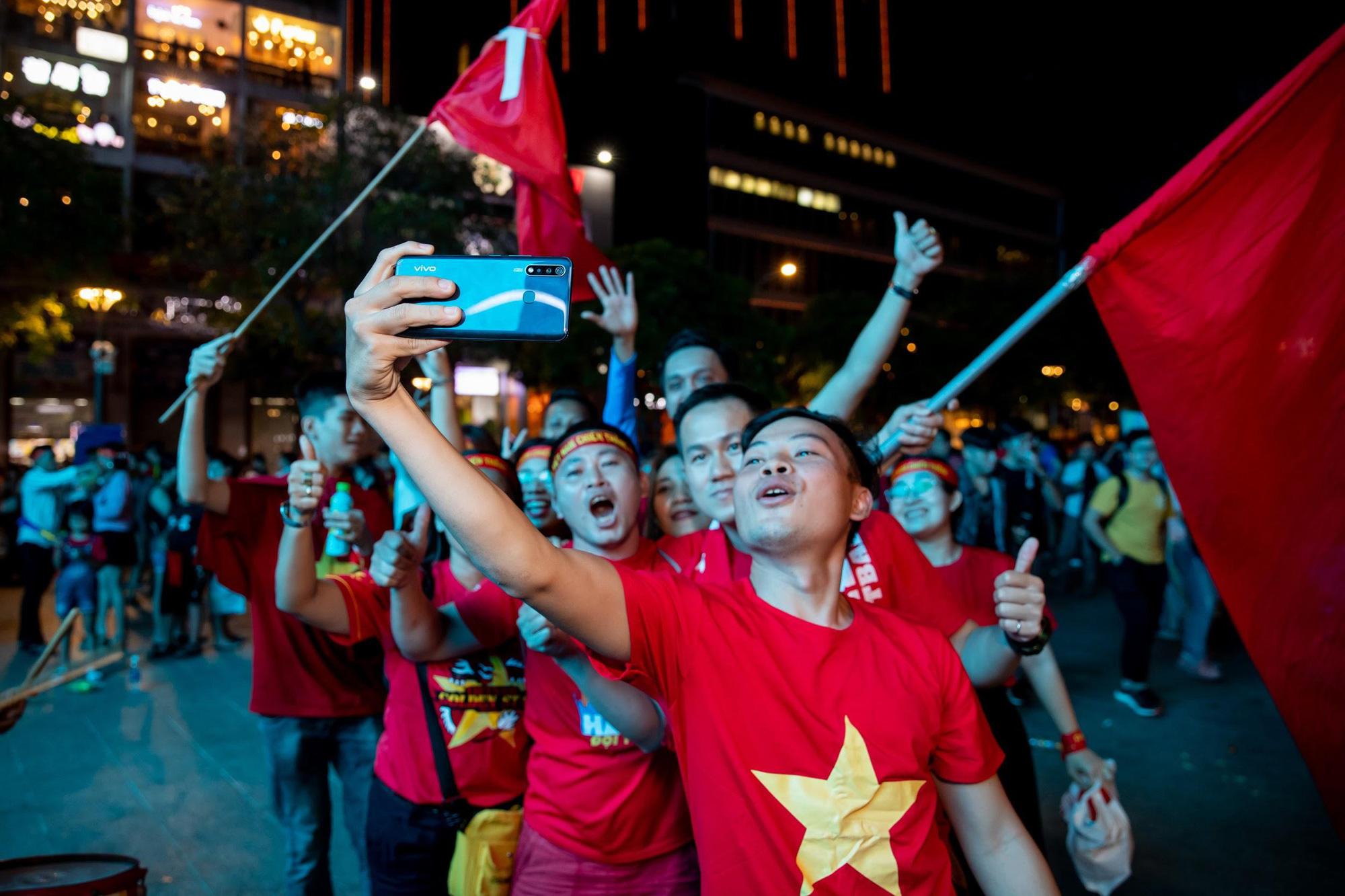 Giải mã chiếc điện thoại được hàng loạt tín đồ túc cầu selfie tại trận đấu vòng loại World Cup Việt Nam - UAE - Ảnh 6.
