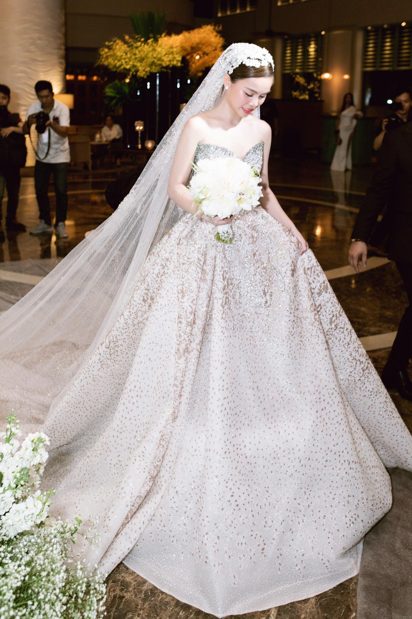 Ba mẫu váy cưới Hacchic Couture thực hiện cho Giang Hồng Ngọc kèm thông điệp ý nghĩa bất ngờ - Ảnh 4.